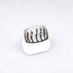 Fehér arany gyűrű fekete és fehér gyémántokkal